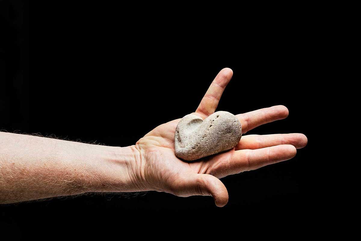 Hand hält einen Stein