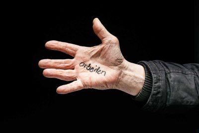 Handinnenfläche mit Aufschrift arbeiten